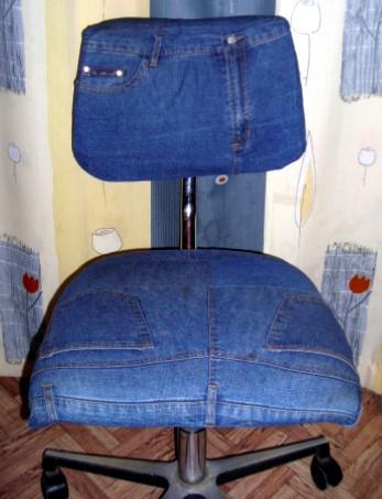 Берем джинсы и выкраиваем по форме стула, также добавляем полосу по периметру для загиба под стул.