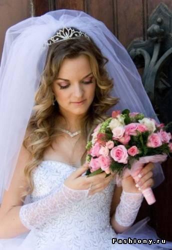 Прическа на длинные волосы с челкой на свадьбу.