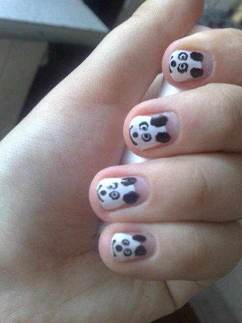 рисунки на натуральных ногтях панда.