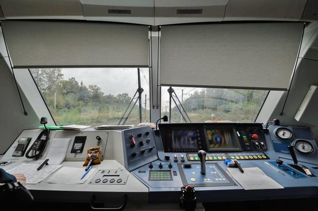 картинки с электровозами внутри кабины машиниста этом